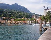 Widok na miasteczku na jeziornym Gardzie i Alpes Obrazy Royalty Free