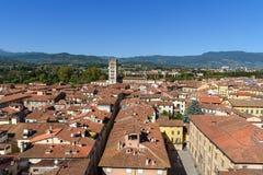Widok na mieście od Torre delle Rudny zegarowy wierza w Lucca Włochy obrazy royalty free
