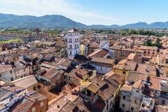 Widok na mieście od Torre delle Rudny zegarowy wierza w Lucca Włochy fotografia stock