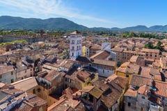 Widok na mieście od Torre delle Rudny zegarowy wierza w Lucca Włochy zdjęcie royalty free