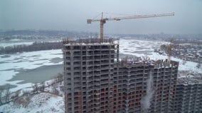 Widok na mieście z budującym utrzymanie blokiem zbiory wideo