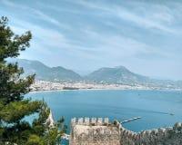 Widok na morzu śródziemnomorskim z górami od kasztelu w Turcja, Alanya zdjęcia royalty free