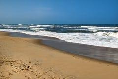 Widok na morzu macha blisko wyrzucać na brzeg Zdjęcia Royalty Free