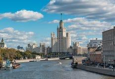 Widok na Moskvoretskaya i Kotelnicheskaya bulwaru wieżowu, Moskwa Zdjęcia Stock