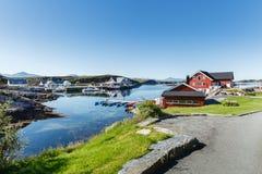 Widok na norweskim fjord z domami wzdłuż linii brzegowej Zdjęcia Royalty Free