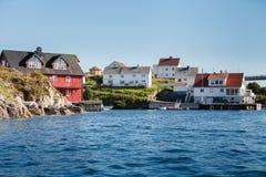 Widok na norweskim fjord z domami wzdłuż linii brzegowej Zdjęcie Stock