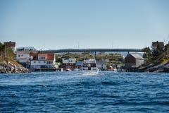 Widok na norweskim fjord z domami wzdłuż linii brzegowej Fotografia Stock