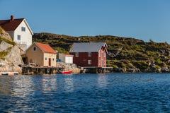 Widok na norweskim fjord z domami wzdłuż linii brzegowej Fotografia Royalty Free