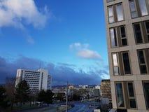 Widok na nowożytnych budynkach i chmurnym niebieskim niebie w Wiesbaden Hessen Germany obrazy royalty free