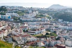 Widok na nowożytnej wiosce rybackiej Nazare w Portugalia zdjęcia royalty free
