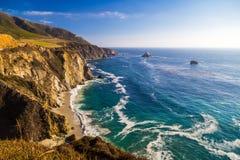 Widok na ocean blisko Bixby zatoczki mosta w Dużym Sura, Kalifornia Zdjęcia Stock