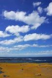 Widok na ocean i piękny obłoczny niebo z ludźmi bada w Wiktoria, Australia Zdjęcia Stock