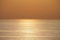 Widok na oceanie w pomarańczowym zmierzchu z tekstury odbiciem w wodzie Zdjęcie Royalty Free