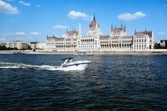 Widok na parlamencie w Budapest od Danube rzeki zdjęcia royalty free