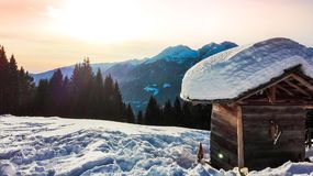 Widok na pasmie górskim w zimie podczas zmierzchu zdjęcia stock