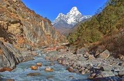 Widok na pięknej Ama Dablam górze i małej rzece, Everest region, obraz royalty free