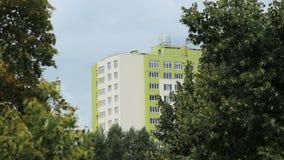 Widok na pięknym mieszkaniowym kompleksie od parkowej strefy, ekologia, mieszkanie zbiory wideo