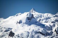 Widok na pięknym snowcapped skalistym pasmie górskim w Pyrenees, France Zdjęcia Royalty Free
