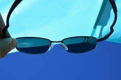 Widok na plażowej słońce osłonie i niebieskie nieba przez dioptrycznych okularów przeciwsłonecznych z UV400 filtrujemy Zdjęcia Stock