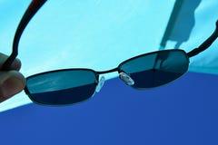 Widok na plażowej słońce osłonie i niebieskie nieba przez dioptrycznych okularów przeciwsłonecznych z UV400 filtrujemy Obraz Royalty Free