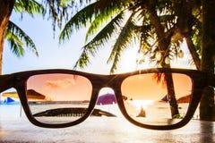 Widok na plaży przez okularów przeciwsłonecznych fotografia stock