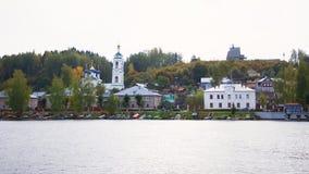 Widok na rosyjskim dziejowym grodzkim Plyos na Volga rzece od poruszającego statku wycieczkowego przy zmierzchem zdjęcia royalty free