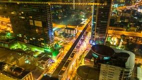 Widok na ruchu drogowym i architektura w Bangkok przy nocą zdjęcia royalty free