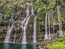 Widok na siklawie z dżunglą na spotkanie wyspie zdjęcie stock