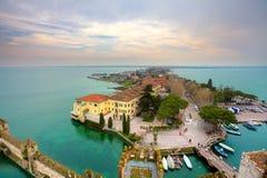 Widok na Sirmione i jezioro Garda dla kasztelu. Zdjęcia Stock