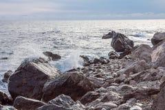 Widok na ska?ach w morzu na Czarnym Dennym dzikim wybrze?u w Crimea, dennego brzeg kurort zdjęcie stock