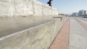 Widok na skatestopper lub łyżwy przyrządzie na ulicznym granitowym wypuscie na zabytku zbiory wideo