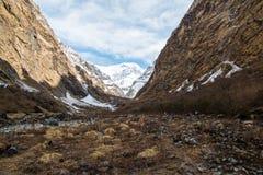 Widok na sposobie Annapurna Podstawowy Obozowy teren Zdjęcia Stock