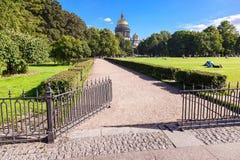 Widok na St Isaac ` s katedrze od admiralicja bulwaru w St P Zdjęcia Stock