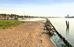 Widok na starym łamającym schronieniu z nowożytnym jachtem i molu, Ryskim, Latvia Zdjęcie Royalty Free