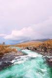 Widok na tęczy nad halną rzeką w Norwegia zdjęcie stock