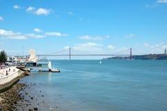 Widok na Tagus rzece moscie 25 Kwiecień i Fotografia Royalty Free