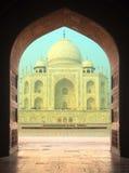 Widok na Taj Mahal mauzoleumu od łuku Obrazy Royalty Free