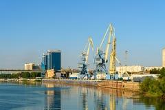 Widok na Volga rzece i ładunek przesyłamy w Karakułowym Obrazy Stock