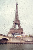 Widok na wieży eifla przez okno z podeszczowymi kroplami Fotografia Stock