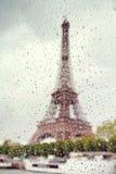 Widok na wieży eifla przez okno z podeszczowymi kroplami Obraz Stock