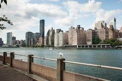 Widok na Wschodniej rzece i Manhattan środek miasta drapacz chmur od Roosevelt wyspy fotografia stock