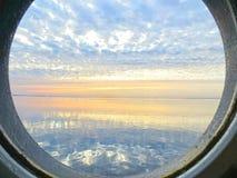 Widok na wschodzie słońca przy morzem od statku porthole Fotografia Stock