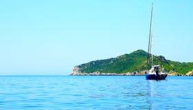 Widok na wybrzeżu z halnym łańcuchem i łodzi na wyspie Corfu (niedaleki grodzki Afionas) obraz royalty free