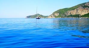 Widok na wybrzeżu z halnym łańcuchem i łodzi w morzu śródziemnomorskim na wyspie Corfu (niedaleki grodzki Afionas) obraz stock