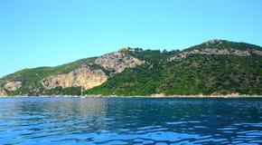 Widok na wybrzeżu z halnym łańcuchem i buildung na wierzchołku na wyspie Corfu (grodzki Afionas) zdjęcia royalty free