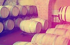 Widok na wytwórnia win lochu z win drewnami Zdjęcia Stock