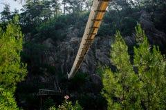Widok na zawieszenie moście spod spodu obrazy royalty free