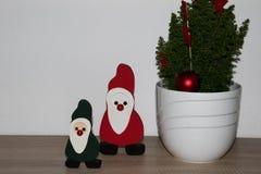 Widok na zielonym Santa Claus i czerwonym Santa Claus obok dekorującego drzewa w niederlangen emsland Germany troszkę w domu obrazy stock