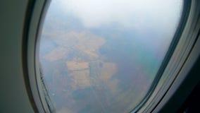 Widok na ziemi od latającego samolotu w chmurach zdjęcie wideo