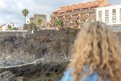 Widok nabrzeżny krajobraz, obserwujący turystyczną kobietą obraz royalty free
